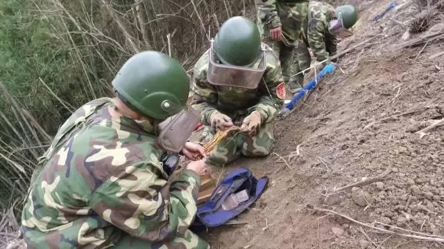 中国战士冒死在中越边境徒手排雷 附近遍布骷髅图标实拍视频