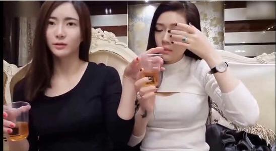 美女被摸胸gift_两位美女主播直播家中喝酒 6分钟后竟开始互相摸胸完整视频观看