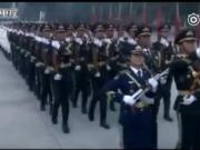 解放军三军仪仗队第一次接受父母的检阅 现场泪奔视频观看