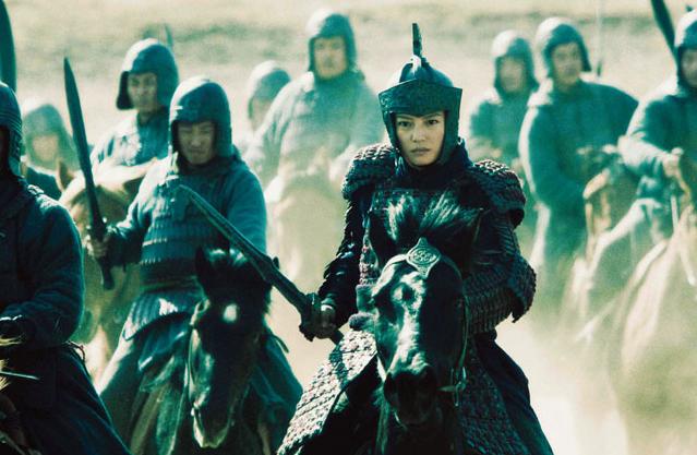 上第一个流行文化偶像,而且还获得了第17届中国电视金鹰奖最佳女主角奖和首届大众电视艺术双十佳十佳演员的称号,成为亚洲周刊的封面人物。1999年,播出的《还珠格格第二部》打破了第一部的收视率,最高点突破65%。之后赵薇赴台湾、香港及东南亚各国的宣传在当地反响不俗。2000年,拍摄的《情深深雨濛濛》是赵薇和琼瑶又一次合作,剧集改编自琼瑶在1963年出版的畅销小说《烟雨濛濛》。该剧2001年播出时在亚洲效果不错,并在中国大陆再次成为年度收视冠军。之后赵薇投身大银幕,四年未再涉足电视领域。  情深深雨蒙蒙   2