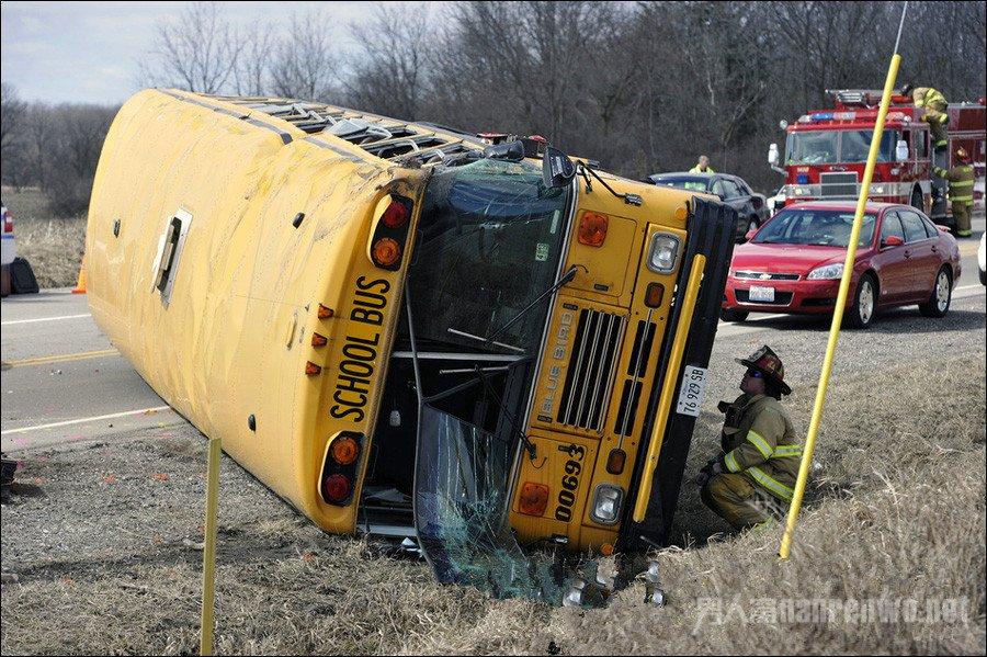 美国发生校车撞车事故 肇事司机被控疯狂自毁