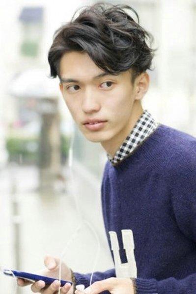 中长卷发中分偏斜刘海发型设计-男士中发烫发发型 简易男士发型图片
