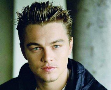 给人的感觉十分成熟稳重的男明星效果发型,很适合欧美男生的帅气发型.