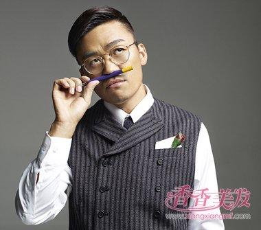 王宝强离京新助理颜值高 王宝强成熟流行发型抢镜回来