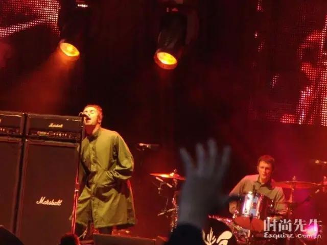 Liam Gallagher(左)在2009年的音乐会