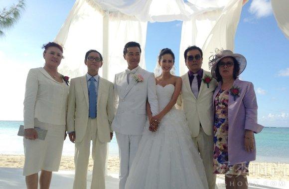 婚礼上佟丽娅与爸爸妈妈合影