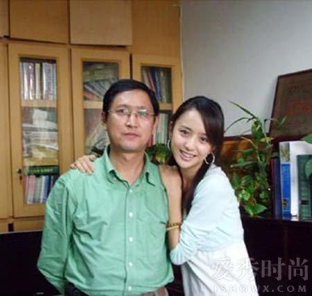 佟丽娅与爸爸旧照