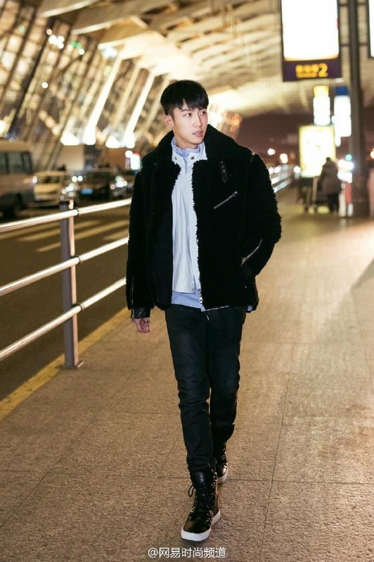 黄景瑜2017米兰时装周 2种皮衣搭配演绎黑白经典