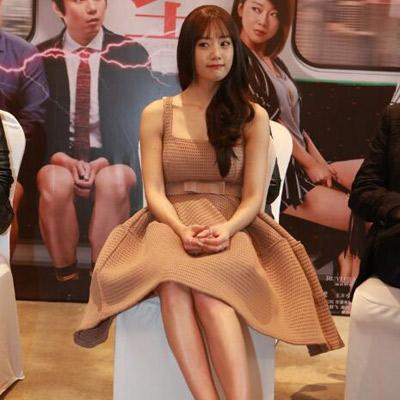 李成敏出席活动 露长腿穿吊带裙秀上围