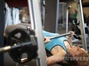 健身动作也可以变出花样 健身耍帅两不误