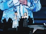 邓紫棋吊带装助阵黄国伦演唱会 反被问:不冷吗?
