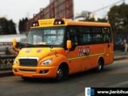 客车变身黑校车,违规搭载被交警罚款2万元